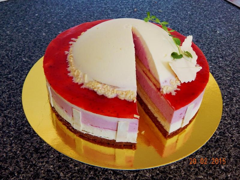 Jahodový dort s polokoulí